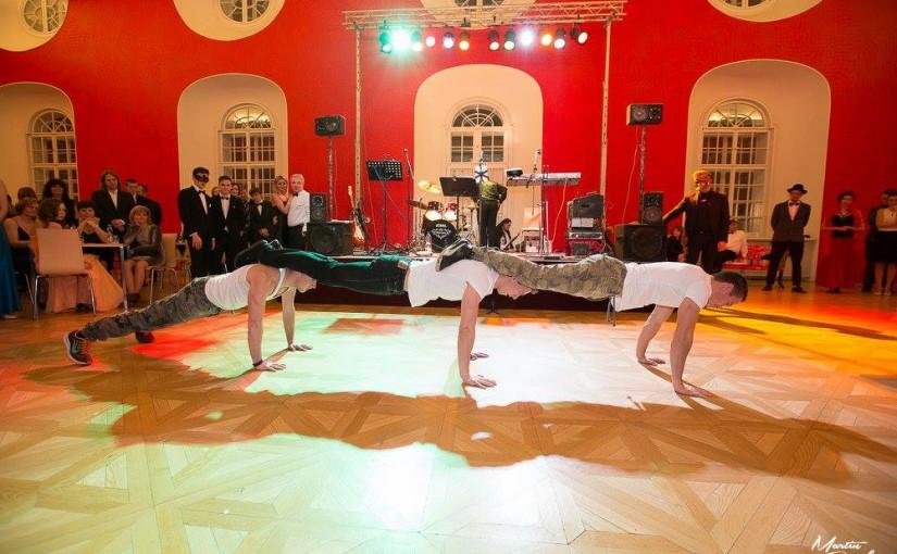 Silová akrobacie na gala plese Fénixu