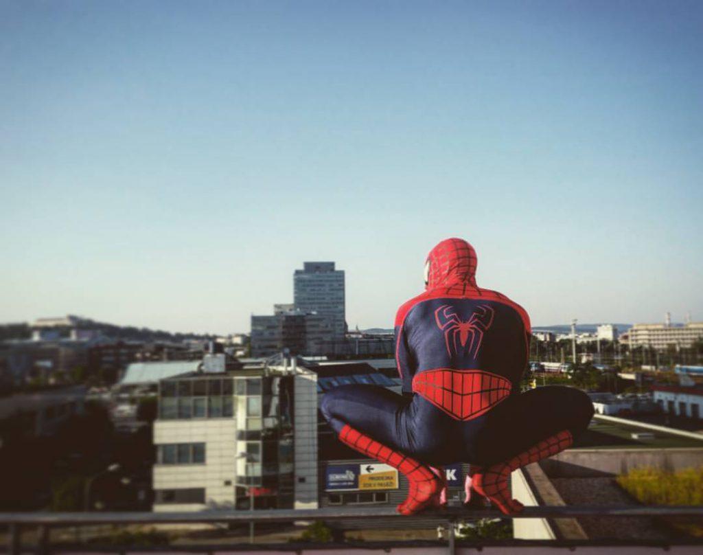 Roman Rossi v kostýmu Spidermana