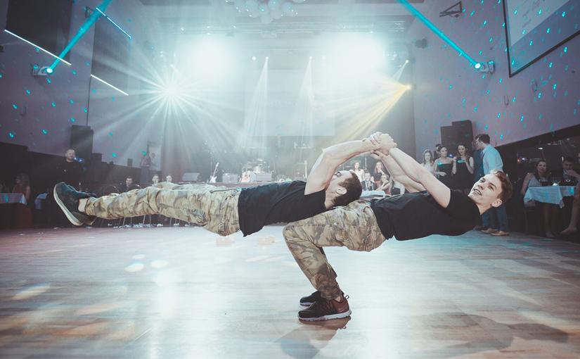 Silová akrobacie na plese FP VUT